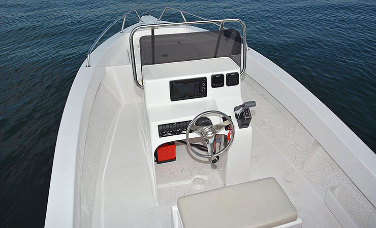 Clean layout with console and insulated helm seat